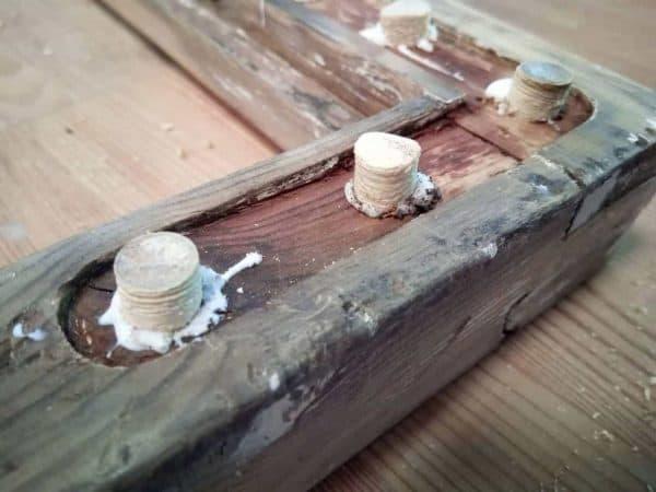 Plugging av rustne skruehull på vindusrammer