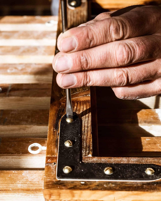 Hjørnejern Monteres Med Messingskruer På Linoljekitt